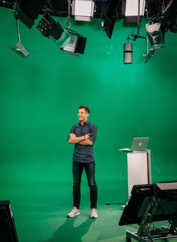 Daniel Schüler moderiert das Corona Spezial bei ntv